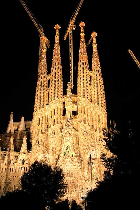 Sagrada_familia_by_night_2006