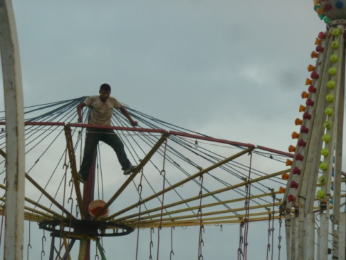 The annual two-day Easter Fair in BZ is always a big, huge weekend: here one of the guys from the Guatemalen carnival sets up a ride.